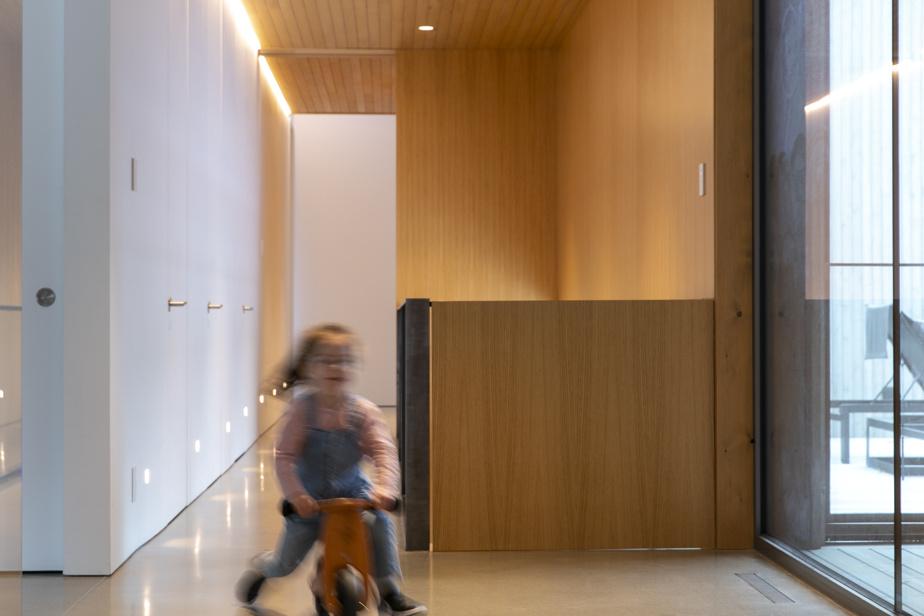 Un grand couloir fait le lien entre les aires de vie et les chambres à coucher.