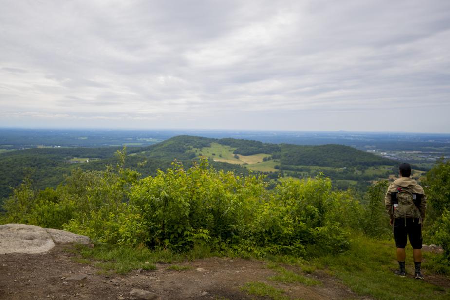 Le sentier Coureur des bois dans le parc des Sommets aboutit à des points de vue sur la région.