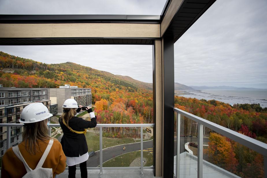 La terrasse de la section lounge de la partie Collection exclusive de l'hôtel offre un point de vue imprenable sur le fleuve et l'île aux Coudres.