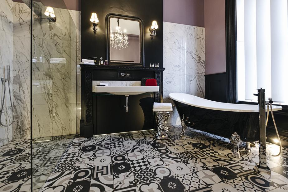 La salle de bains de la suite Florence A. White était autrefois une chambre à part entière. De la baignoire, on aperçoit le Château Frontenac.
