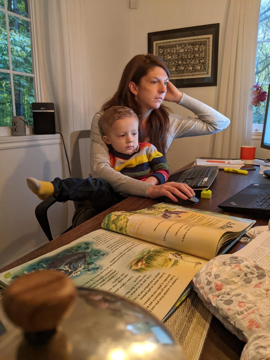 Quel parent en télétravail ne se reconnaît-il pas dans cette scène? «La pandémie, pour moi, signifie non seulement la conciliation travail-famille, mais aussi avoir eu la chance pendant quelques mois d'avoir été aux premières loges pour voir grandir mon garçon», souligne Sophie Lecavalier, d'Hudson. Comme beaucoup d'autres, elle travaille sur sa table de cuisine, laquelle sert également d'espace dejeu pour son fils et de rangement pour les couches!