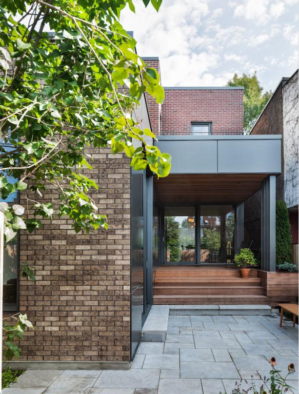 Même si les architectes ont ajouté une pièce, ils se sont assurés qu'elle n'empiéterait pas trop sur la cour, dont les dimensions sont déjà modestes.