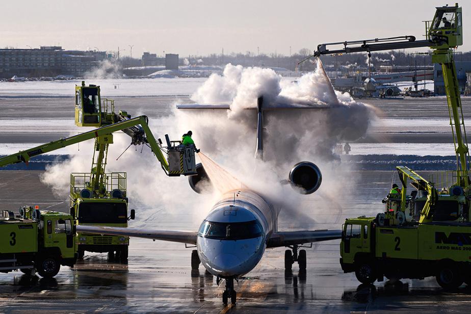 13février2020. Aéroport international Pierre-Elliott-Trudeau de Montréal. Entre 500 et 600litres de solution seront nécessaires pour complètement dégivrer un avion, une journée relativement clémente. La quantité augmente (entre 5000 et 7000litres) lors de fortes précipitations de neige.