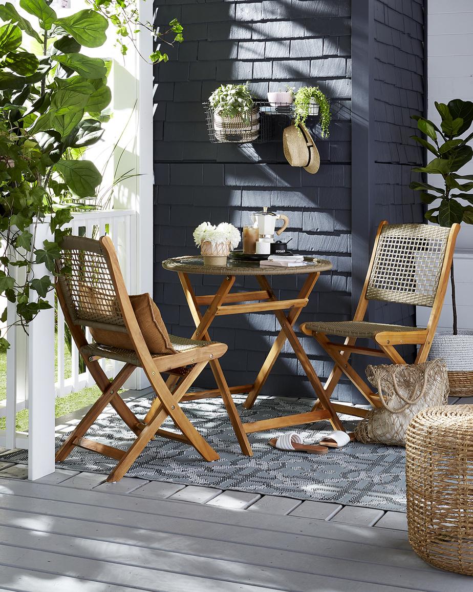 Les accents décoratifs intégrés à l'intérieur pour rehausser un décor procurent le même effet à l'extérieur. «Coussins, tapis et cache-pots peuvent ajouter la bonne dose de couleur et de texture, souligne Erin O'Brien, experte en décoration chez HomeSense. Ils créent une cohésion.»