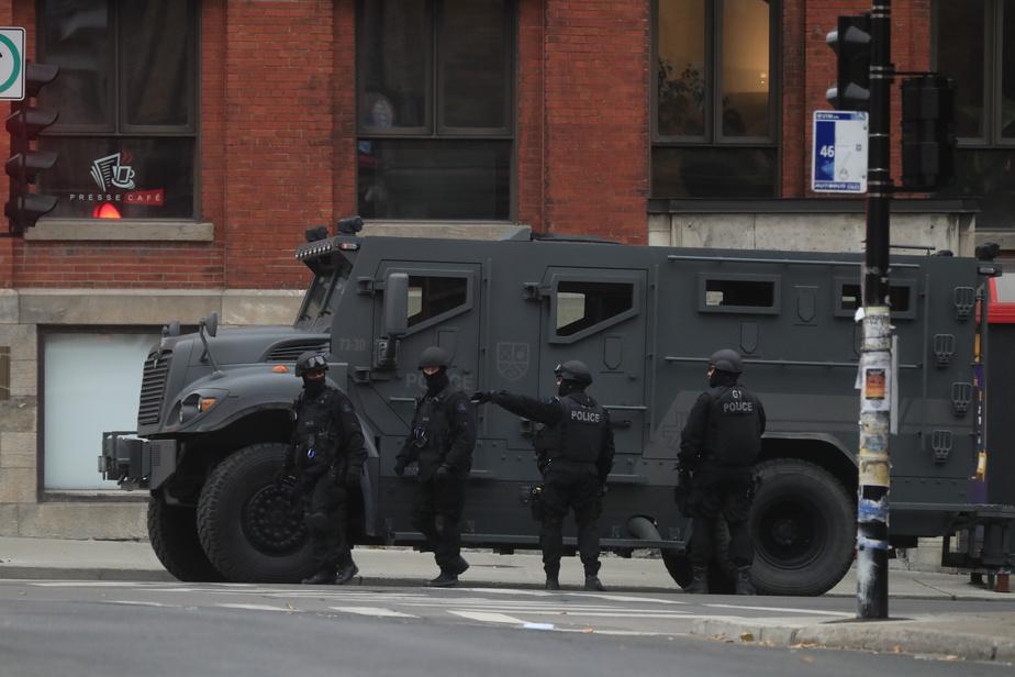 Comme le veut le protocole, des dizaines de voitures de police ainsi que plusieurs ambulances et des membres du Groupe tactique d'intervention du SPVM ont été envoyés sur les lieux.