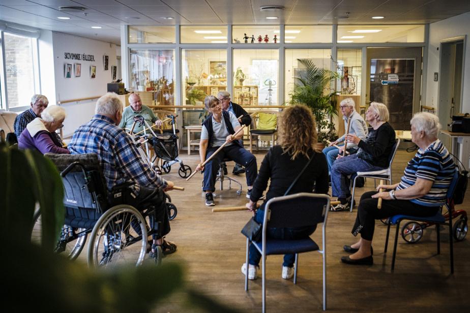 Un groupe d'une dizaine d'aînés prend part à un cours de conditionnement physique au son d'une musique traditionnelle danoise.
