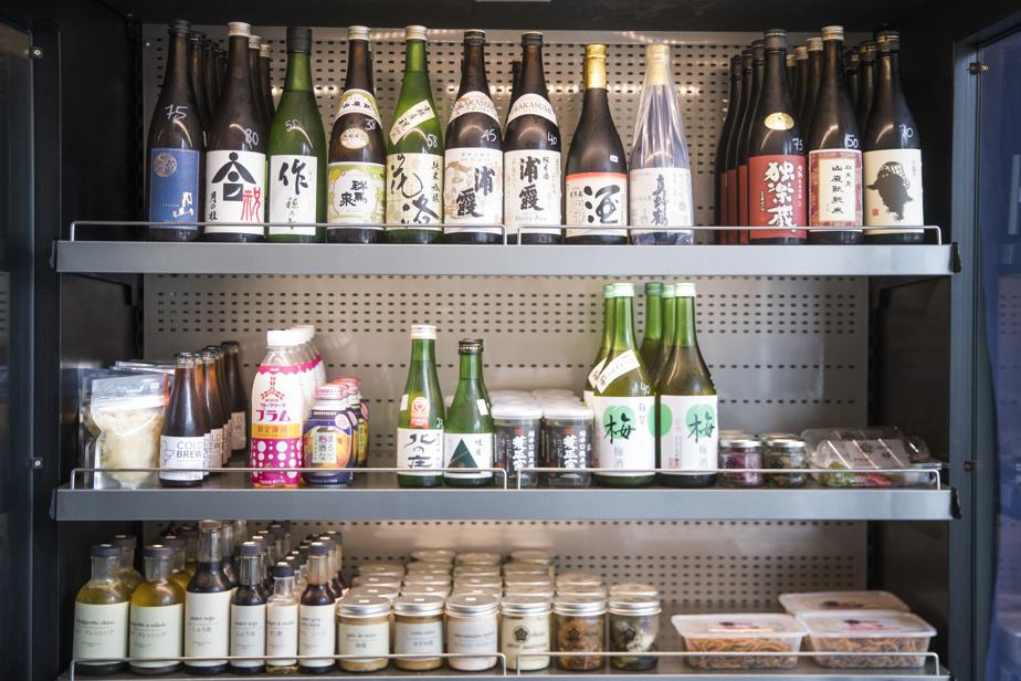 Chez Ôkini, la sélection de sakés est à découvrir. L'endroit propose aussi ses propres produits d'épicerie maison.