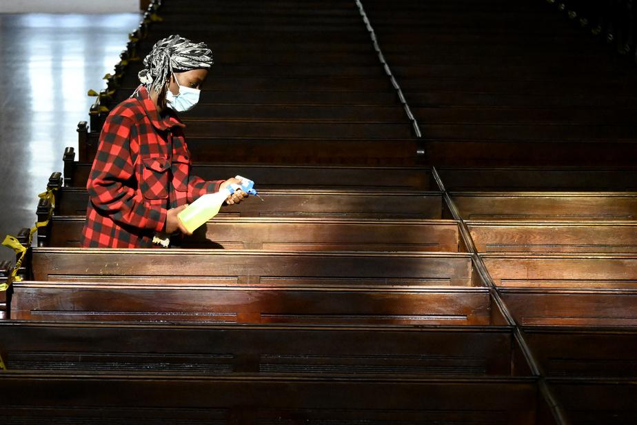 Tout a été pensé pour éviter la propagation du virus: les bénévoles désinfectent chaque banc entre deux messes.