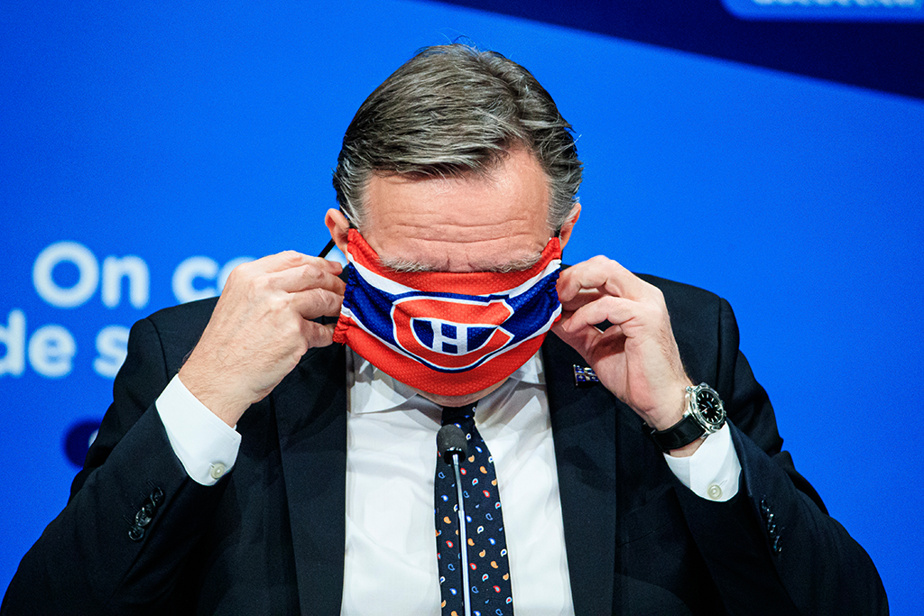 21mai2020. Conférence de presse quotidienne du premier ministre. François Legault enfile un masque aux couleurs du Canadien de Montréal qui lui a été offert par le joueur Shea Weber.