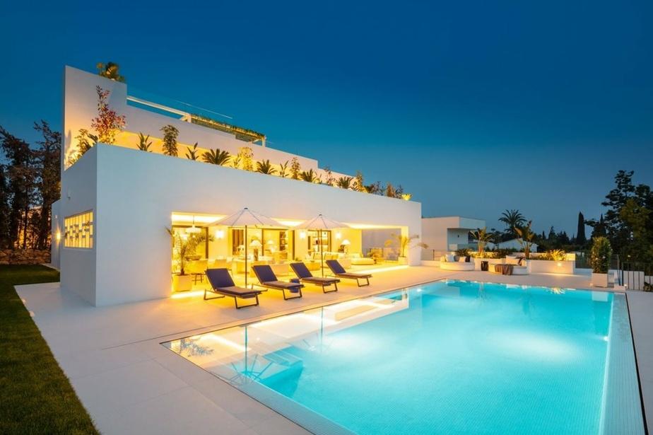 La villa possède une piscine d'eau salée…