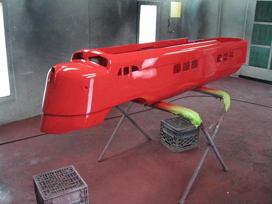 La locomotive en cours de peinture, à l'atelier