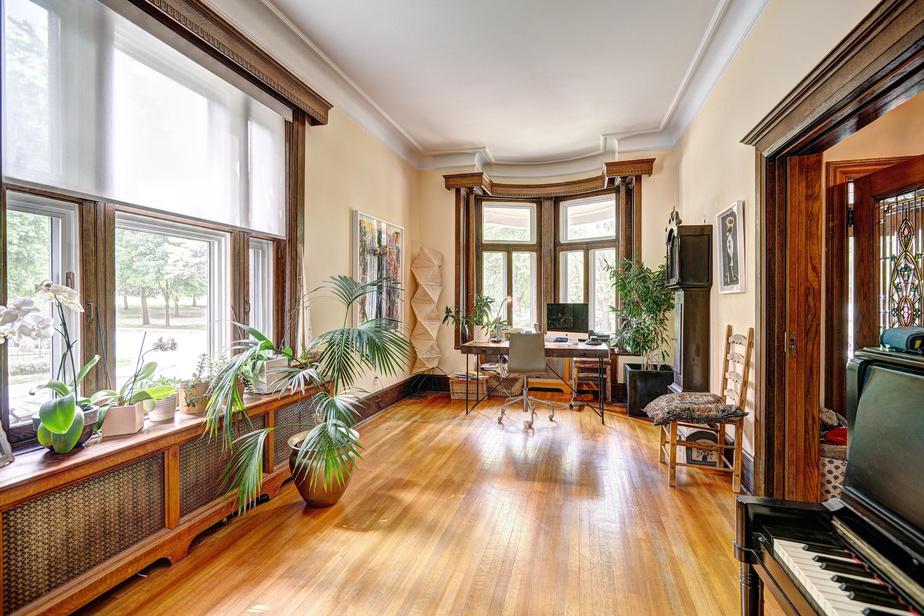 Cette pièce baignée de lumière où s'organisait autrefois la salle à manger a été reconvertie en bureau et espace musique. «Quand on travaille là et qu'on lève la tête, on voit les arbres, ce qui donne l'impression d'être dans la nature. C'est très agréable», constate la propriétaire.