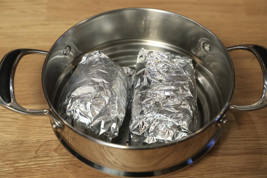 Déposer les papillotes de seitan dans le panier à vapeur, mettre le couvercle et laisser bouillir 1heure, en retournant les papillotes à mi-cuisson.