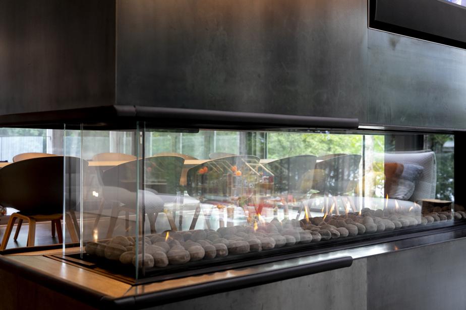 Les concepteurs ont fait appel à plusieurs artisans pour la réalisation de ce projet. François Béroud, qui a façonné le corten extérieur, a aussi recouvert d'acier le foyer, pièce magistrale et lourde, qui est suspendu à partir du plafond.
