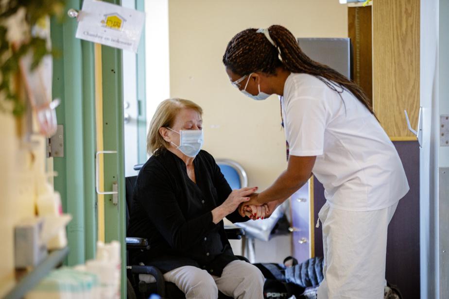 Claudette Lafortune fait ses adieux à l'infirmière Marie-Élie Claudine.