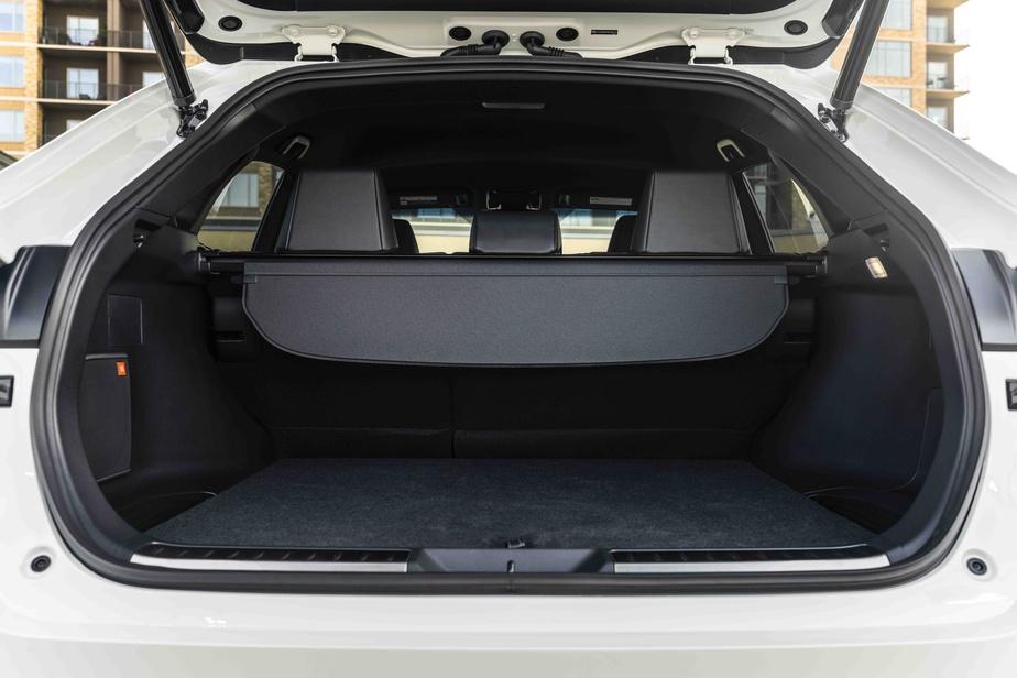 Le coffre offre un volume inférieur à celui d'un RAV4, toujours, et à bien des véhicules de la concurrence.