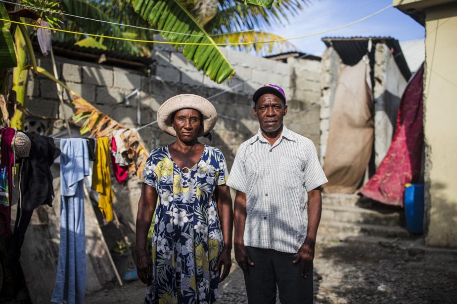 Julienne Fénélon, 66ans, et son mari Julbin Rosier, 68ans, habitent Petite-Anse, bidonville qui ceinture l'aéroport deCap-Haïtien. Ils possèdent encore une terre dans l'Artibonite, mais la sécheresse de 2019 les a poussés à s'établir enville. M.Rosier retourne régulièrement sur sa terre, où pousse maintenant de la canne à sucre, sa dernière tentative, dit-il, avant d'abandonner l'agriculture.