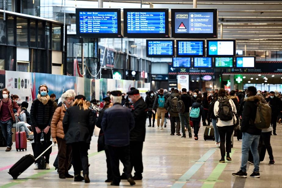 De nombreux Français ont profité du fait que les autorités tolèrent les déplacements interrégionaux jusqu'à lundi. Sur la photo, des passagers circulaient samedi à la gare de Montparnasse.