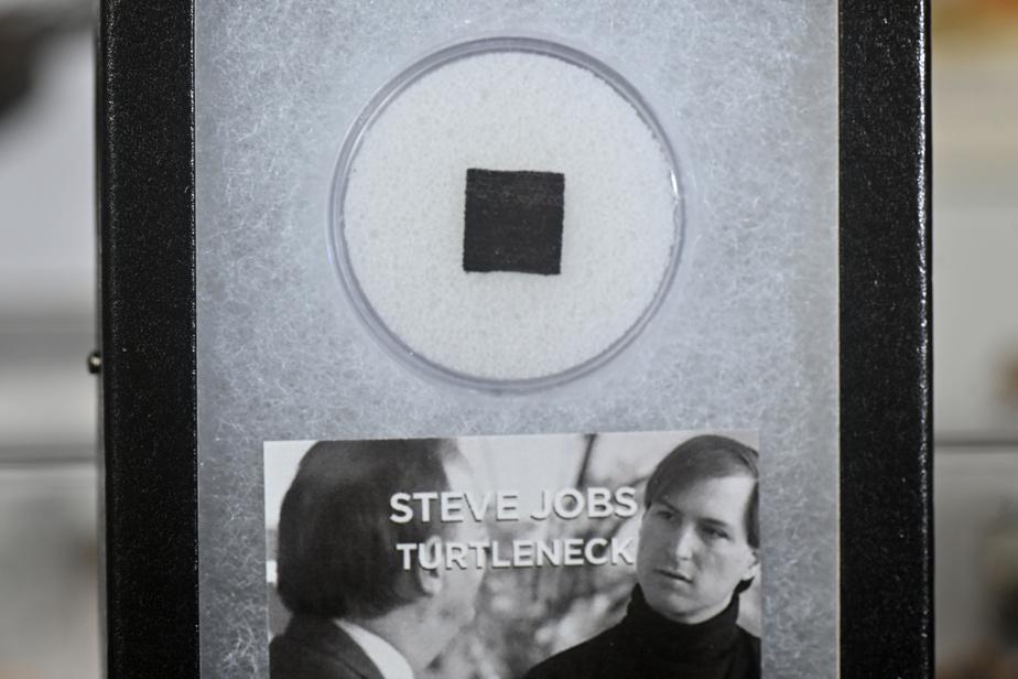 Un morceau du col roulé de feu Steve Jobs. Le redoutable homme d'affaires d'Apple n'aura pas vendu que des iPhone, mais aussi des «iCols»!