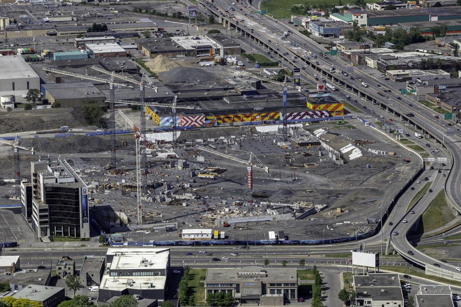Les travaux de construction du projet Royalmount, à la jonction des autoroutes40 et 15, près de l'échangeur Décarie, sont reportés de sixmois à cause de la pandémie.