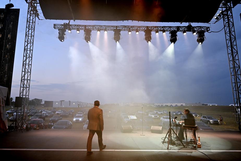 Seul sur scène: un spectacle de Marc Hervieux au Musiparc de Mirabel, où les spectateurs assistent au concert dans leur voiture.