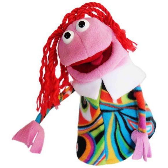 Certaines des marionnettes sont fabriquées en tissu polaire, comme cette petite fille.