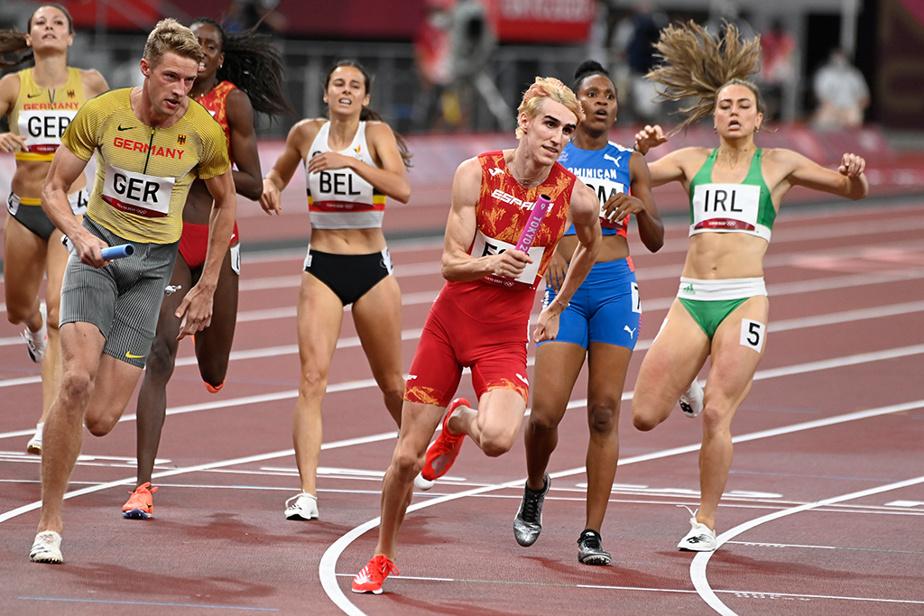 Passage du témoin lors des qualifications du relais 4 x 400m mixte