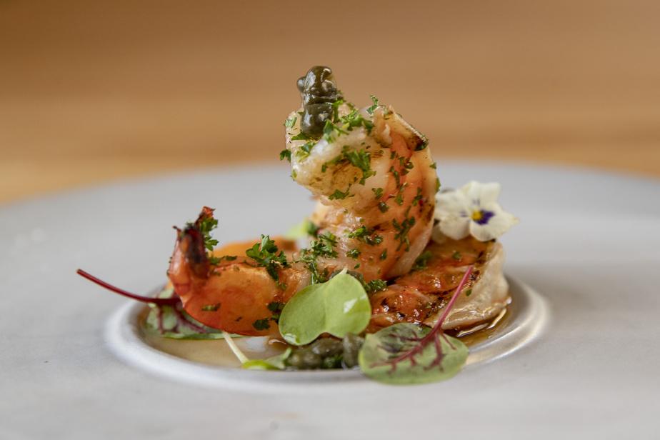 L'Ikanos continue également de proposer ses plats à emporter tirés de sa carte en salle, revisitée pour la livraison. Sur la photo, un plat de crevettes grillées.