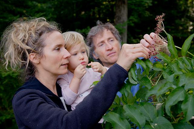 édith, Emmanuel et leurs enfants se réjouissent des richesses que leur réserve leur terrain forestier malgré le manque d'ensoleillement.