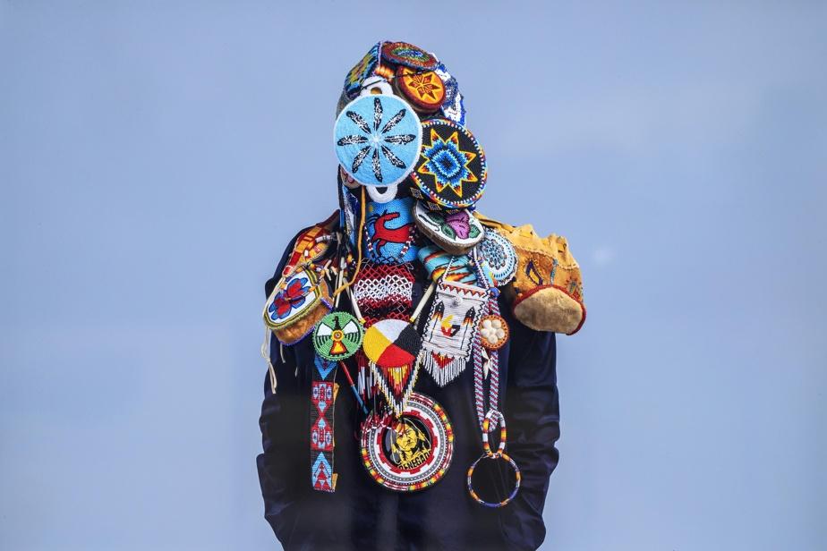 Ces portraits voilés sont «un hommage aux femmes autochtones et à la parenté, dit Mike Patten. Les femmes de chaque photo sont parées de cadeaux échangés, offerts ou de leurs propres créations».