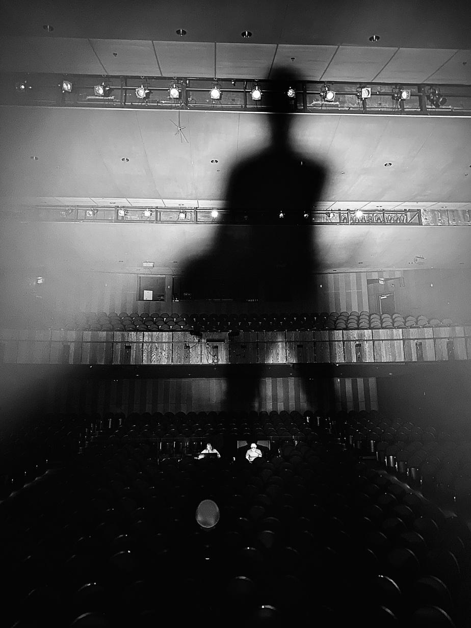 «J'aime cette photo prise pendant la balance de son à la salle Telus-Desjardins, à Rimouski. L'ombre fait de moi un géant et mes deux techniciens y sont minuscules dans l'espace.»