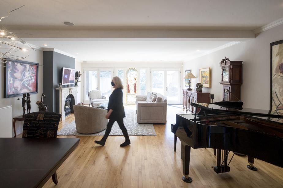 Au rez-de-chaussée, la cuisine, la salle à manger et le séjour sont ouverts les uns sur les autres, dans une spacieuse aire ouverte.