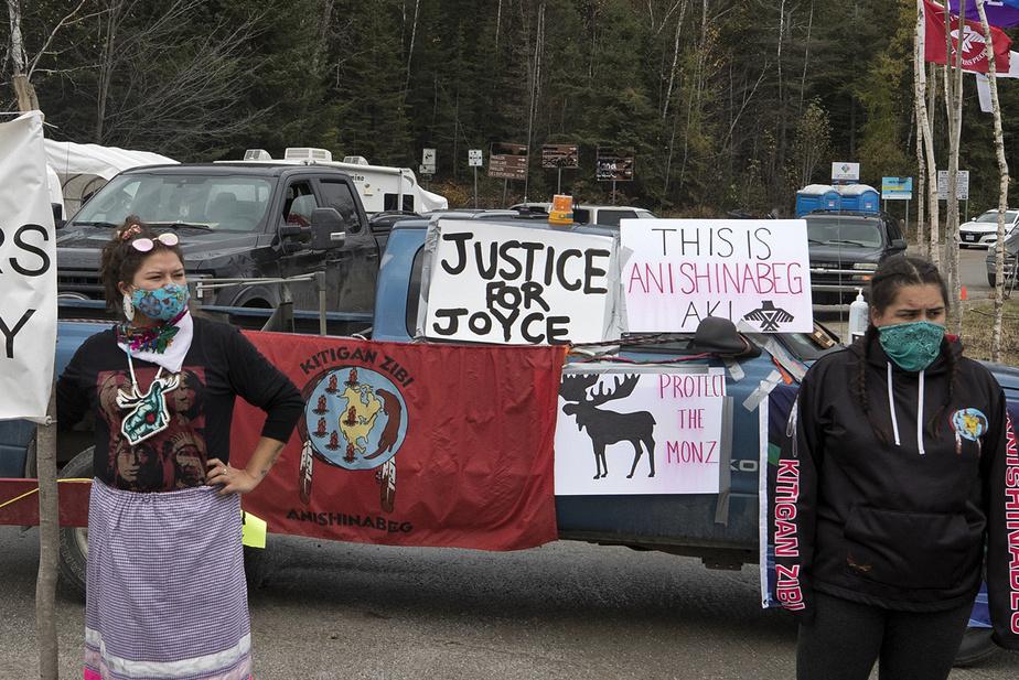 Avec d'autres membres de la communauté algonquine, Ryder Cote Nottaway, Maria Miigwann Smith Chabot et Raeanna Whiteduck bloquent l'accès à la réserve faunique La Vérendrye.