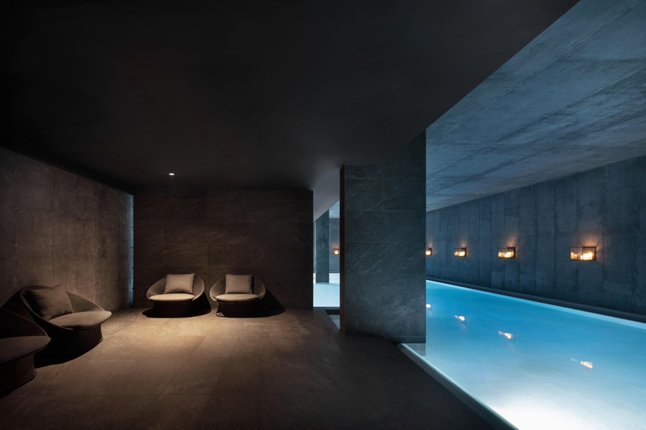 La bain flottant illuminé aux bougies mérite vraiment d'être ajouté à l'expérience thermale habituelle, pour une détente maximale.