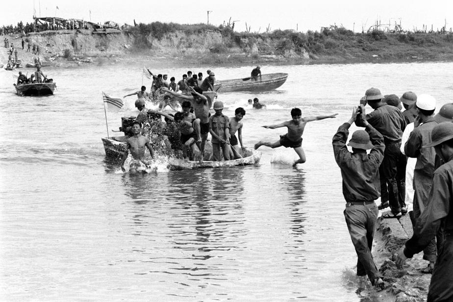 À Quang-Tri, au Viêtnam, en 1973, un échange de prisonniers entre le Nord et le Sud. Après avoir rageusement jeté bas leurs humiliantes hardes de prisonniers, ces soldats vietcong sont transportés par embarcation à moteur de l'autre côté de la rivière où les attendent leurs camarades.