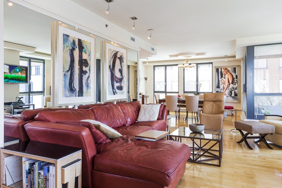 Le salon jouxte la salle à manger dans un espace aéré et lumineux.