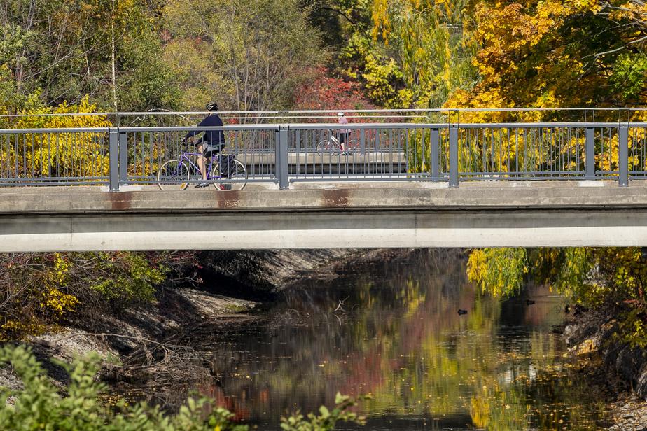 Des kilomètres de pistes cyclables sillonnent le parc Jean-Drapeau, dont certains qui font partie de la Route verte.