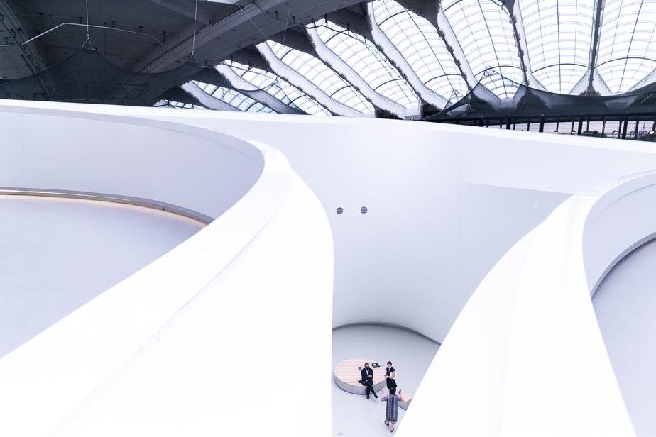 Des murs tout en courbes, faits de toiles blanches, mènent le visiteur vers l'entrée des écosystèmes, tandis que les ouvertures de l'ancien vélodrome laissent pénétrer la lumière du jour.