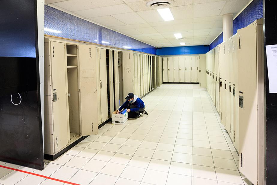 6mai2020. Les élèves de l'école secondaire des Rives, à Terrebonne, viennent chercher leur matériel scolaire. Les plus vieux ne retourneront pas dans cette école par la suite, puisqu'ils feront le saut vers le cégep.