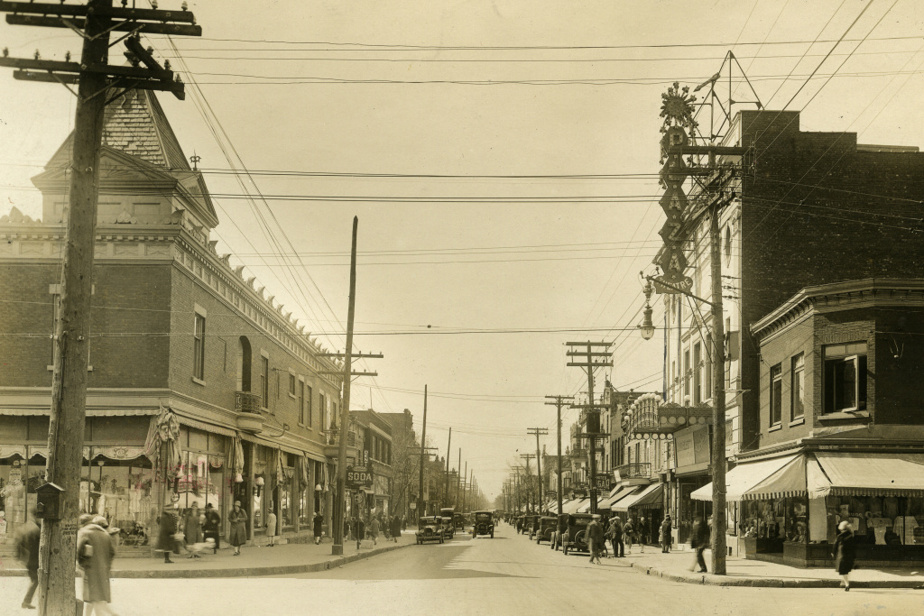 La rue Saint-Hubert (vers le nord) à l'intersection de la rue Beaubien en 1928. On aperçoit à droite le Théâtre Plaza, construit six années plus tôt, en 1922.