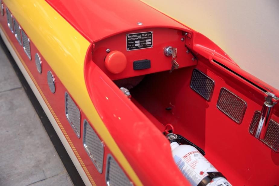 La cabine de pilotage est placée dans la locomotive, comme il se doit.