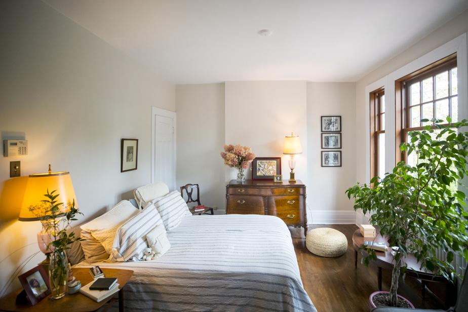 La chambre principale est située à l'étage. La vue sur l'extérieur est l'une des choses qui manqueront à la propriétaire lorsqu'elle partira.