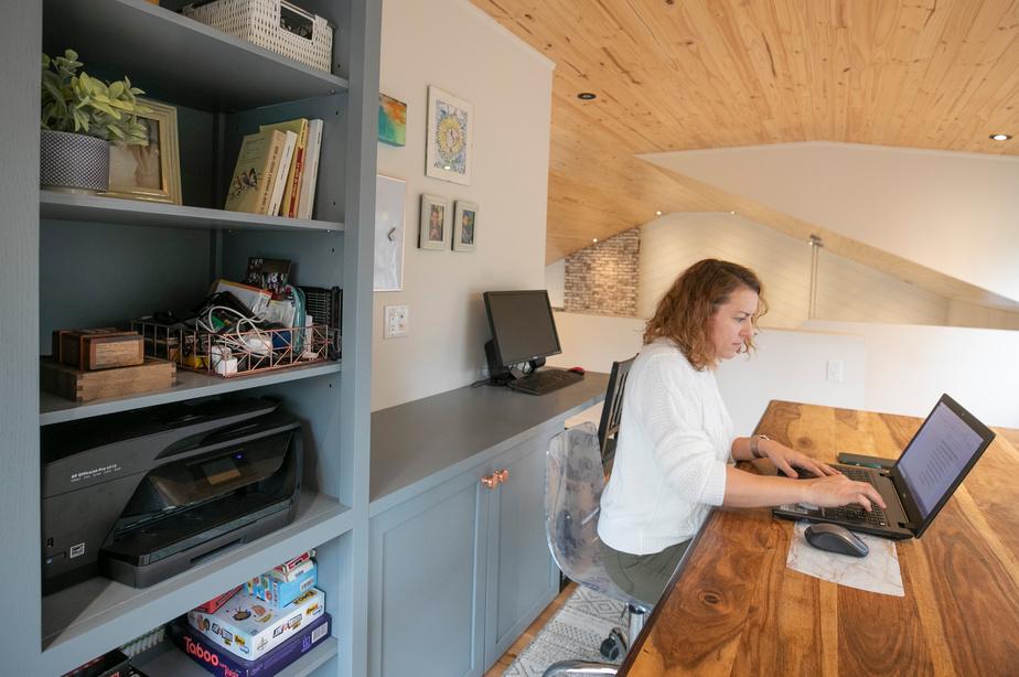 Un grand meuble avec étagères a été aménagé et s'avère fort utile pour ranger imprimante et classeur.
