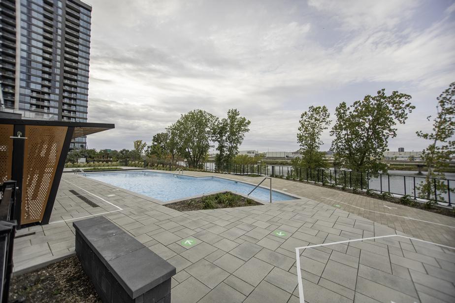 Une piscine est accessible aux résidants de l'immeuble.