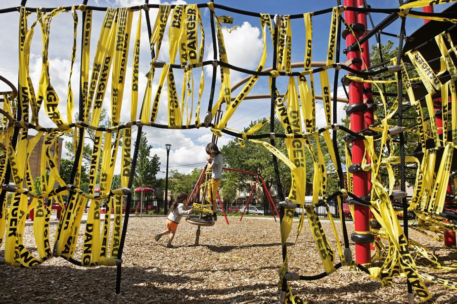 Modules: un garçon et sa petite sœur qui s'amusent au parc Jean-Marie-Lamonde, dans le quartier Villeray.