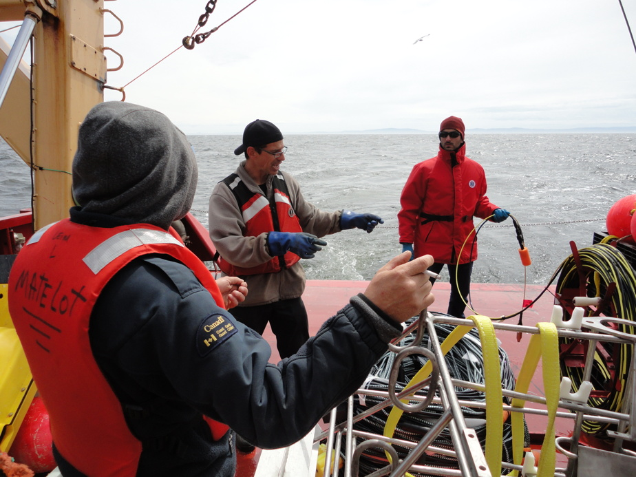 Mise à l'eau imminente d'un câble de mouillage par les équipes du ministère des Pêches, des Océans et de la Garde côtière canadienne (Richard Gamache, Michel Rousseau et Florian Aulanier)