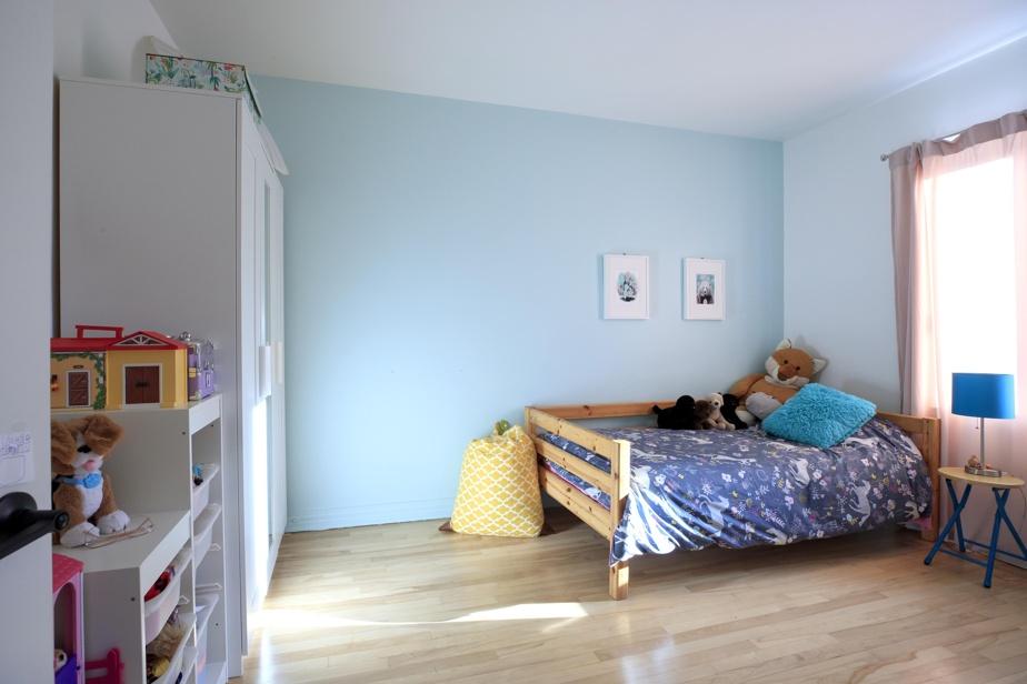 La chambre de la fillette reste suffisamment grande, malgré l'ajout d'une armoire indépendante remplaçant l'ancien placard intégré qui réduisait l'espace de la salle à manger.