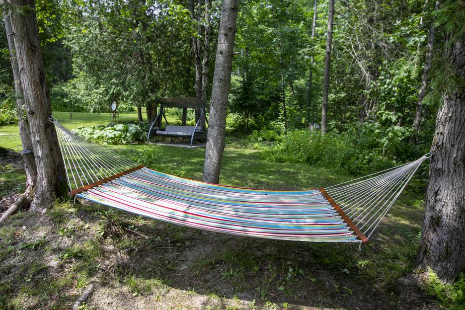 Lorsqu'ils veulent relaxer, les propriétaires ont le choix entre s'installer dans un hamac ou dans une balançoire judicieusement placée à l'ombre.