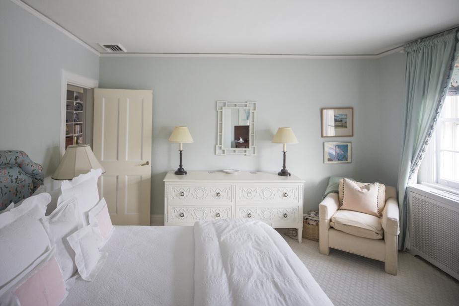 La propriété compte sept chambres, dont une au sous-sol. Celle-ci sert aux invités et s'ouvre sur la cour intérieure. Le bureau du propriétaire est au troisième niveau.