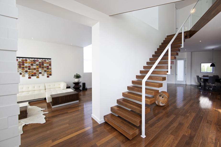 Escalier flottant (un garde-fou a dû être ajouté par la suite pour des questions d'assurance), mur de briques, mobilier parfaitement sélectionné (et négociable dans le cadre de la vente): dès l'entrée, le ton est donné.